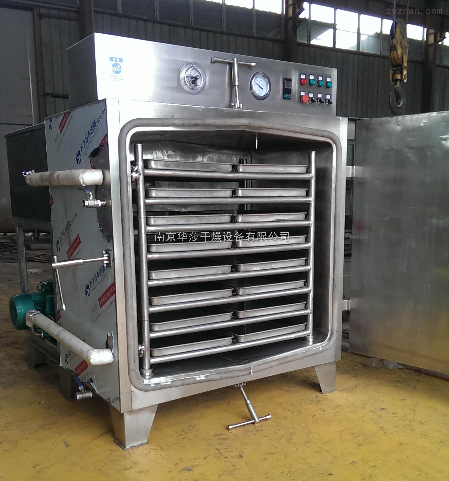 南京蒸汽加热真空干燥箱厂家产品概述 箱体里外全部采用304-2B制作,中间固定焊接加强筋,整体坚固牢靠,密封性能好,能在完全真空状态下达到干燥物料的目的。 南京蒸汽加热真空干燥箱厂家产品特点 1、水加热真空干燥箱、真空烘箱、真空干燥机、真空烘干设备可以轻松应用到热敏性物质,因为真空环境很大程度上降低了需要驱除的液体的沸点。 2、水加热真空干燥箱、真空烘箱、真空干燥机、真空烘干设备利用效率较高,对于不容易干燥的样品,比如粉末或其他颗粒状样品,使用真空干燥法可以减少干燥时间; 3、适用于各种构造复杂的机械部件